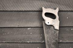 Sierra oxidada vieja de la mano Foto de archivo libre de regalías