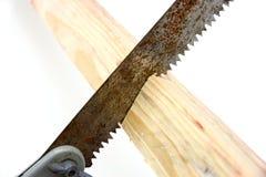 Sierra para metales en de madera amarillo aserrada Imagenes de archivo