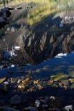 Sierra réflexions de crête en Parker Lake, réserve forestière d'Inyo, sierra Nevada Range, la Californie Image libre de droits