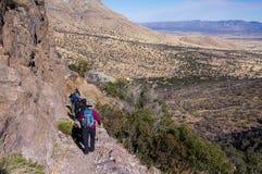 Sierra Vista/USA - 13 de enero de 2013: Grupo de caminantes en pista que camina rocosa fotografía de archivo