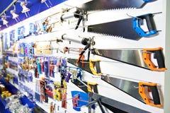 Sierras de hender en tienda de la herramienta imagen de archivo