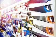 Sierras de hender en tienda de la herramienta imagen de archivo libre de regalías