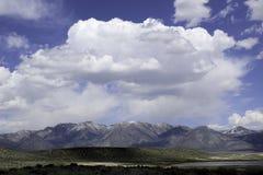 Sierras del este monta?as y aguas termales de Whitmore de los desiertos fotos de archivo libres de regalías