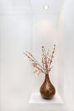 Siervaas met kunstmatige stoktakken en bladeren daarin Stock Foto