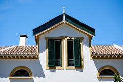 Siervoorgevel van kleurrijk huis in Sao Miguel, de Azoren portugal Mooie oude uiterst kleine huizen, groen deuren en venster Stock Foto