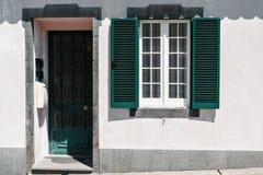Siervoorgevel van kleurrijk huis in Sao Miguel, de Azoren portugal Mooie oude uiterst kleine huizen, groen deuren en venster Stock Afbeeldingen