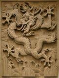 Sierzaagwerk in de vorm van een draak op de muur in de Verboden Stad Peking, royalty-vrije stock fotografie