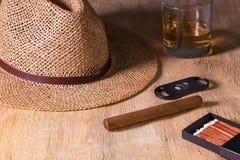 Siesta - сигара, соломенная шляпа и шотландский виски на деревянном столе Стоковые Изображения RF