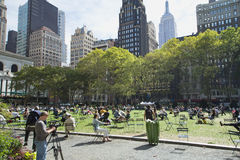 Siesta bei Bryant Park (Midtown Manhattan, New York City) Lizenzfreie Stockbilder