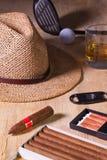 Siesta - cigarro, sombrero de paja, whisky escocés y conductor del golf en un wo Imagen de archivo
