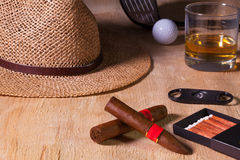 Siesta - cigarro, sombrero de paja, whisky escocés y conductor del golf en un wo Fotografía de archivo libre de regalías