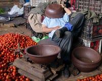 Siesta del comerciante marroquí del tomate Imagenes de archivo