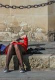 Siesta in der Sonne auf den Schritten der Universität in Sevilla, Spanien stockbild