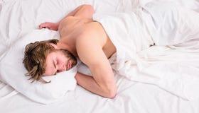 Siesta hermosa del sueño del individuo del hombre en la opinión superior de la cama Concepto del sueño profundo Colchón y almohad imagen de archivo libre de regalías