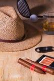 Siesta - Zigarre, Strohhut, schottischer Whisky und Golffahrer auf einem wo Stockbilder