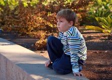 Siete años el mirar fijamente del muchacho Foto de archivo libre de regalías