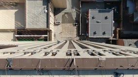 Siete alpinistas industriales están colgando en el lado de un edificio, visión superior almacen de video