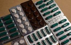 Siete ampollas de las diversas drogas, tabletas y píldoras de la medicina fotografía de archivo libre de regalías