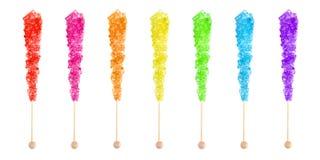 Siete caramelos de roca coloreados arco iris en un palillo imagen de archivo