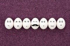 Siete huevos en la arena púrpura. Imágenes de archivo libres de regalías