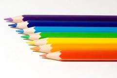 Siete lápices de color de un arco iris imagenes de archivo