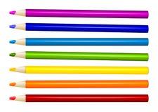 Siete lápices del color adentro arreglan en fila del color en el fondo blanco Fotografía de archivo libre de regalías