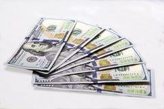 Siete nuevos billetes de banco del ciento-dólar en el fondo blanco Dinero de la renta de la ganancia de transacciones de las prop Fotos de archivo