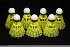 Siete shuttlecocks amarillos del bádminton aislados en el bl Fotos de archivo