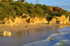 Sietskes海滩,阿尔加威,葡萄牙- 2015 10月28日,供以人员从Sietskes海滩的渔在阿尔加威海岸 免版税图库摄影