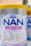 SIEVIERODONETSK, UKRAINE - 17 F?VRIER 2018 : Contre- magasin d'?tag?re de table de magasin d'aliment pour b?b? NAN Nestle photos stock