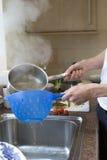 Sieving wodny od gotującego spaghetti Fotografia Royalty Free