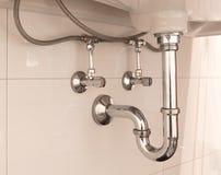 Sifão da bacia ou dreno de dissipador em um banheiro fotografia de stock royalty free