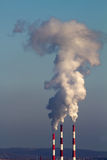 Siffle l'atmosphère d'émission de fumée d'usine photographie stock libre de droits
