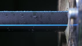 Siffle la ligne de fabrication Fabrication d'usine en plastique de conduites d'eau Processus de faire les tubes en plastique sur banque de vidéos