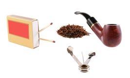 Sifflez, trois grammes de tabac, deux matchs et la boîte à outils, ensemble pour concurrencer dans le tabagisme de tuyau Photographie stock libre de droits