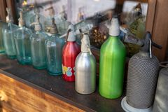 Sifones viejos para el agua de soda Accesorios caseros del centu pasado imagen de archivo