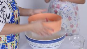 Sifting a farinha video estoque