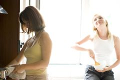 μαγειρεύοντας γυναίκε&sig Στοκ φωτογραφίες με δικαίωμα ελεύθερης χρήσης