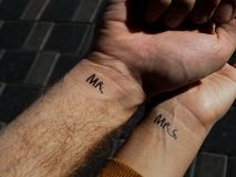 Sig. di bellezza delle coppie della mano di scossa sig.ra Amore del tatuaggio fotografia stock libera da diritti