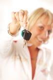 Sig.na con i tasti dell'automobile Fotografia Stock