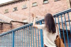 Sig.na Her Imprisoned Boyfriend della giovane donna fotografia stock libera da diritti