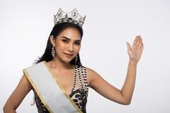Sig.na Pageant Contest nell'anche il vestito da palla lungo dell'abito di palla con Diamond Crown, modo compone lo stile di capel immagine stock