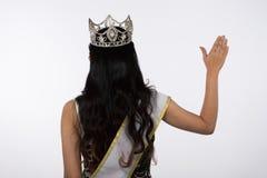 Sig.na Pageant Contest nell'anche il vestito da palla lungo dell'abito di palla con Diamond Crown, modo compone lo stile di capel immagine stock libera da diritti