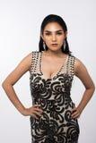Sig.na Pageant Contest nell'anche il vestito da palla lungo dell'abito di palla con Diamond Crown, modo compone lo stile di capel immagini stock