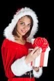 Sig.na Santa che apre un contenitore di regalo Immagini Stock