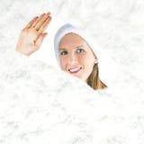 Sig.na Santa che guarda attraverso la finestra nevosa Immagini Stock