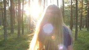 Siga al blonde en el bosque almacen de metraje de vídeo