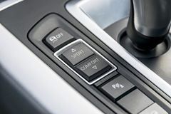 Siga botões perto da vara de engrenagem automática de um carro moderno, detalhes do controle do interior do carro Imagens de Stock