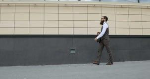 Siga el tiro del hombre de negocios Walking en las calles del distrito financiero metrajes