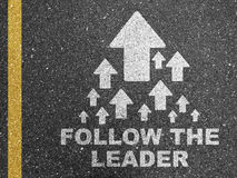Siga la marca de camino del líder foto de archivo